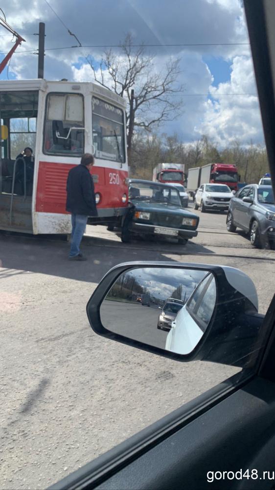 В Липецке столкнулись трамвай и «ВАЗ»