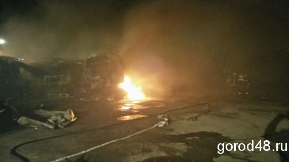 4 фургона сгорели дотла настоянке вЛипецке