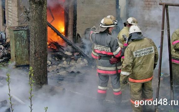 ВЛипецке вгараже сгорели две машины, скутер имотоцикл