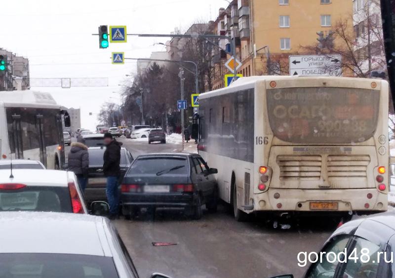 На Советской столкнулись автобус и две легковушки