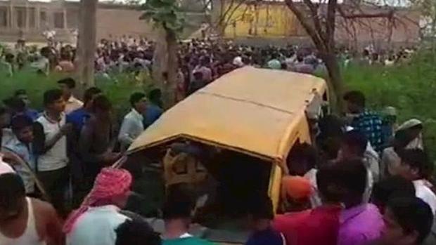 Поезд протаранил ученический автобус вИндии, погибли 13 детей