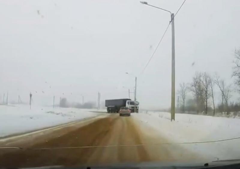 В Липецкой области грузовик снес столб