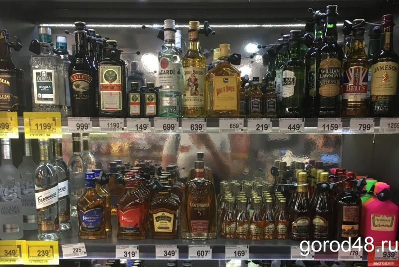 Кассир и директор магазина отобрали у грабителя алкоголь